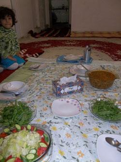 Sofre - Tischdecke auf dem Teppich ausgebreitet