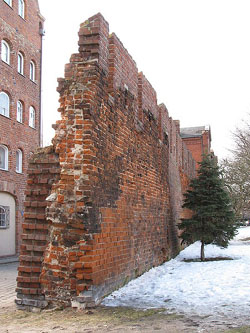 450px-Middle_Ages_defensive_walls_of_Gdansk_3