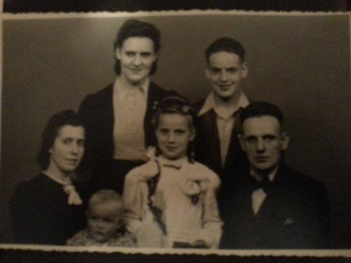 Ujek Jorg z ciocia Marysia, najstarsza Malgosia, Ewa, Heinzem i coreczka, ktora im pozniej zmarla.
