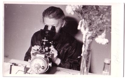 karusia-z-mikroskopem