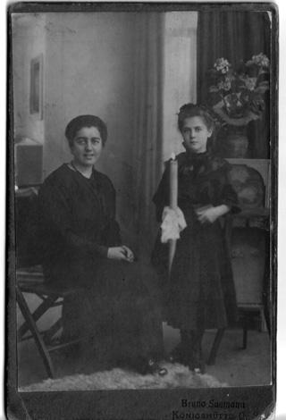 Komunia swietejGrety1916-z lewej babcia