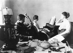 Wielkanoc_Zygmunt_Alina_and_Maria_Hrebnicki_Petersburg_ca_1910