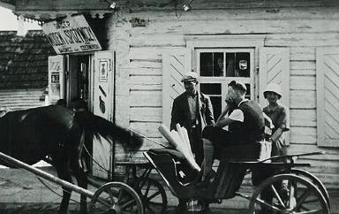 4._Dukszty_przed_sklepem_ok_1936