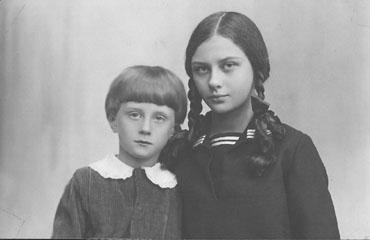 3._Julia_Hrebnicka_z_bratem_Kazimierzem_ok_1930