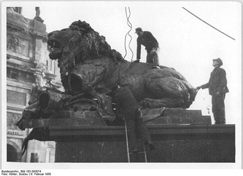 Löwenbändiger am Werk. Die Löwen vor dem Berliner Schloß werden zerlegt und abtransportiert. 80 Zentner wiegt das zähnefletschende Bronzetier, das mit einem Kran von seinem Sockel gehoben wird. Aufn.: Illus-Köhler 5316-50 str-8.2.50