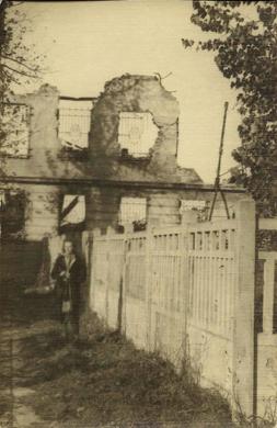 Warszawa_ok_1946_stoi_Julia_Hrebnicka