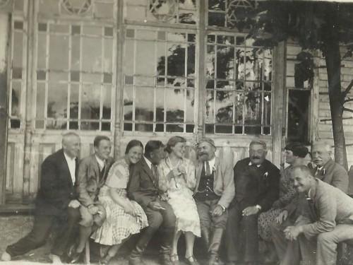 7 Panowie Pisani na ganku