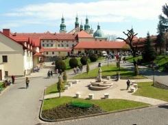 Widok na klasztor z dziedzinca z fontanna sw Franciszka