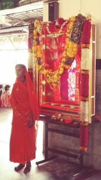 Singender tempel automat am Bahnhof