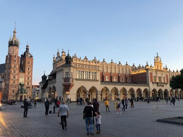 Der Krakauer Hauptmarkt in der Altstadt mit Blick auf die Marienkirche und die Sukiennice, fot. ©Arkadiusz Łuba