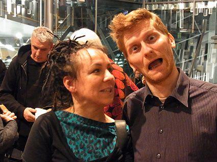 03 Olga Tokarczuk mit mir in der Berliner Akademie der Künste (hinten links der Schriftsteller Andrzej Stasiuk), 2011, fot. © Archiv Arkadiusz Łuba